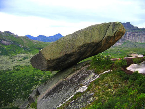 Batu-Mengapung-Ergaki-Hanging-Rock-Russia